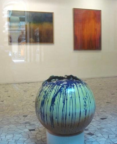 Globo azzurro, ceramica e ossidi colorati, diametro cm 60 - esposizione presso la Galleria San Carlo, Milano 2009