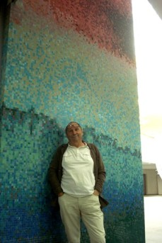 Erio Carnevali davanti al mosaico 'Presenze'