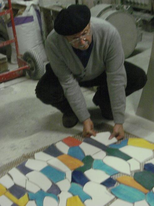Erio Carnevali al lavoro su uno dei pannelli musivi per la nuova sede di CPL Concordia